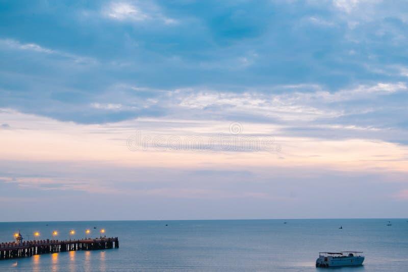 Brillo iluminado hermoso en crepúsculo en el puerto de Prachuap fotos de archivo
