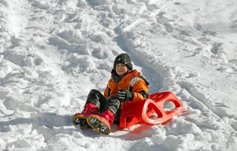 Brincadeiras com o trenó na neve imagens de stock