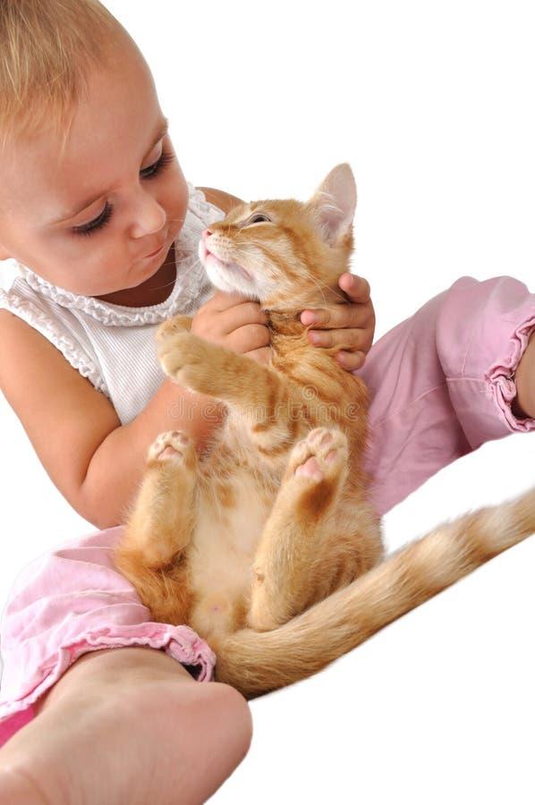 Brincadeiras da criança com um gato fotos de stock royalty free