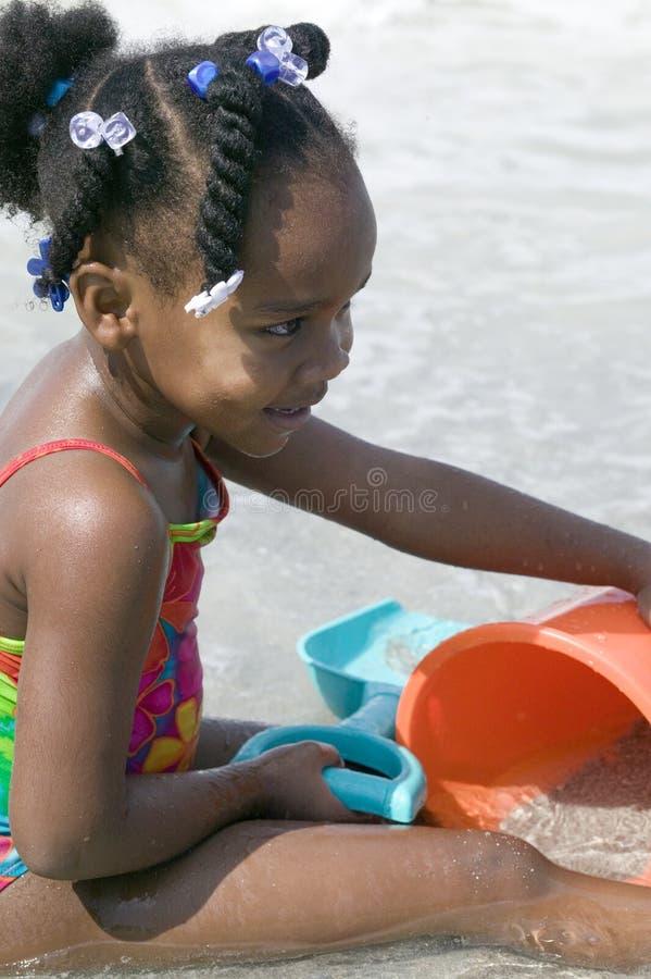 Brincadeiras do americano africano na praia imagens de stock