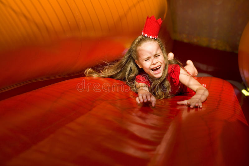 Brincadeiras no trampolim brilhante imagem de stock