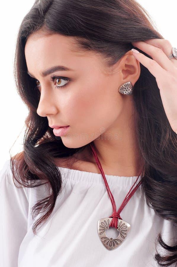 Brinco de prata no modelo, colar com o colar preso à garganta no pescoço Close-up imagens de stock royalty free