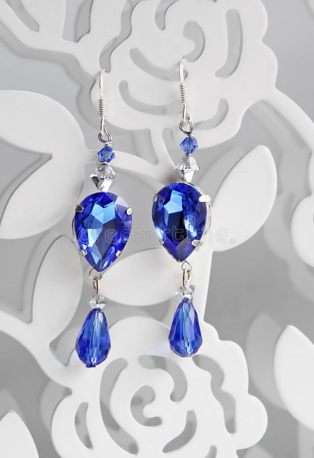 Brincos azuis feitos a mão dos cristais de safira fotografia de stock