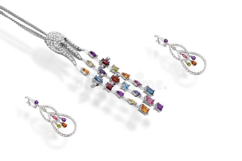 Brincos chain preciosos da platina com a pedra do colorfull dos diamantes do polvo do pendente no fundo branco foto de stock