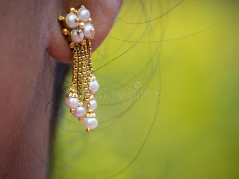Brincos da pérola do ouro do estilo de Kerala imagens de stock royalty free