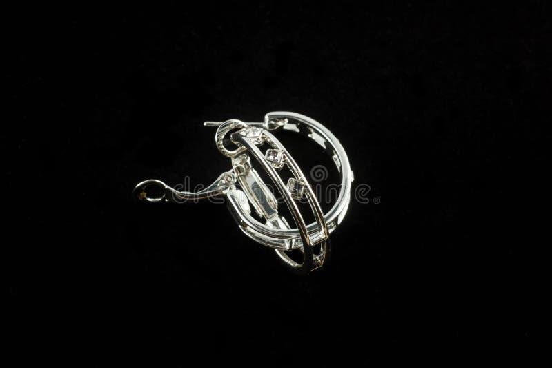 Brincos de prata com cristais fotografia de stock royalty free