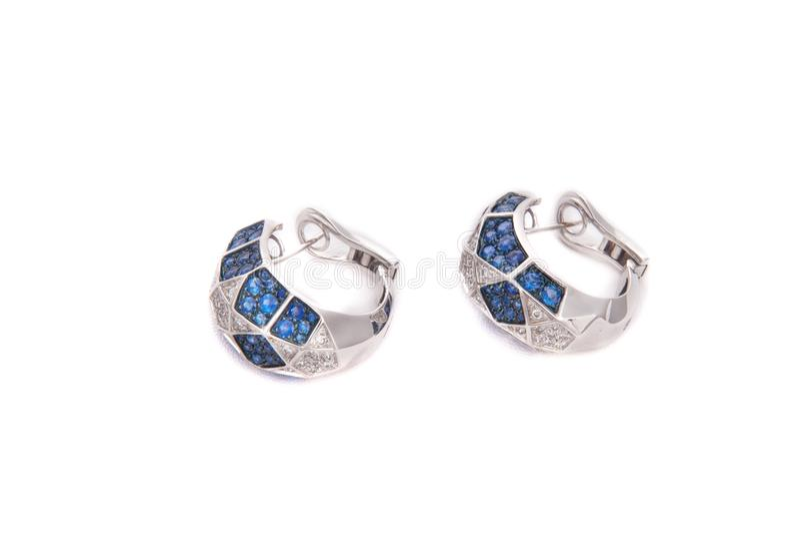 Brincos de prata com pedras azuis fotos de stock royalty free
