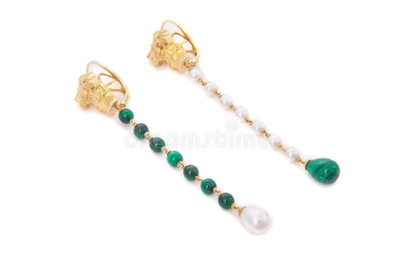 Brincos longos com pedras e as pérolas verdes foto de stock royalty free
