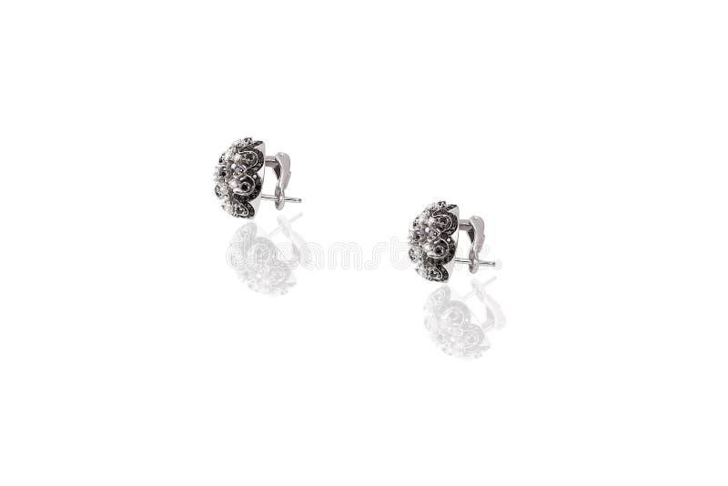 Brincos preciosos da platina com os diamantes grandes no fundo branco fotografia de stock