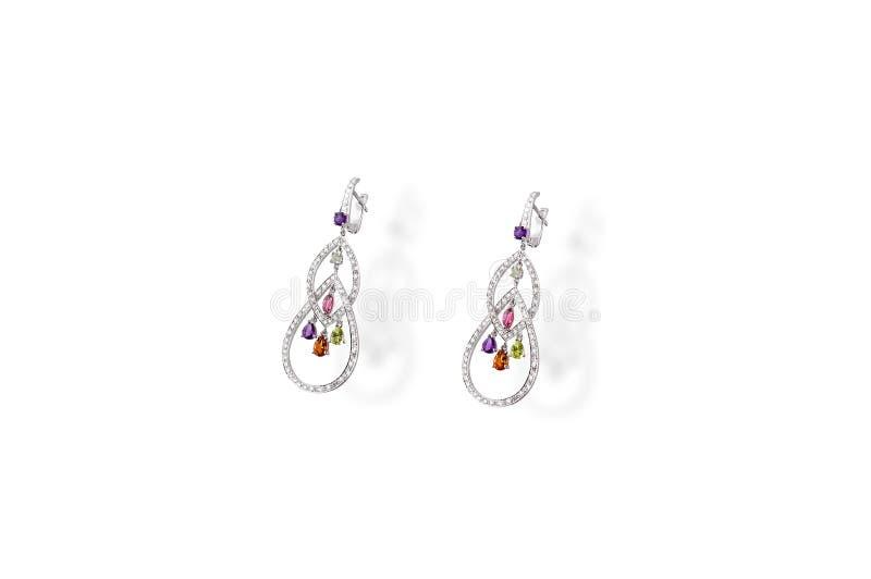 Brincos preciosos da platina com a pedra do colorfull dos diamantes do polvo do pendente no fundo branco fotografia de stock