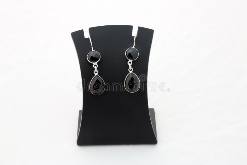 Brincos pretos bonitos da prata de pedra preciosa imagens de stock royalty free