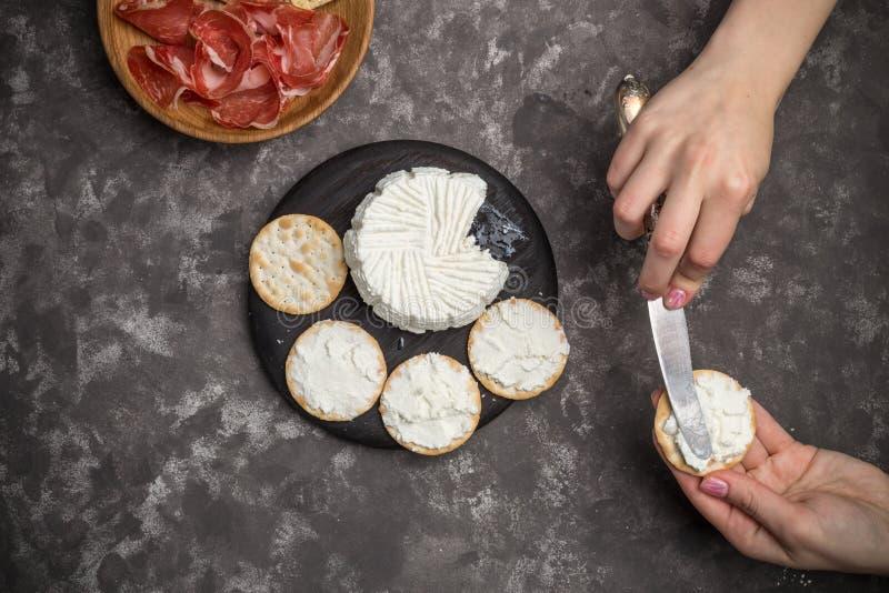 Brinde caseiro do pão estaladiço com queijo e salsa da ricota no fundo escuro foto de stock