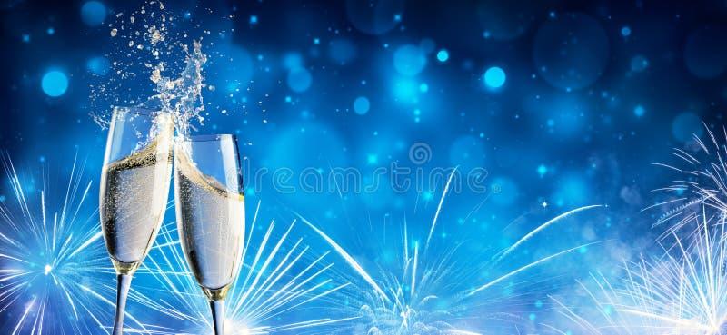 Brinde com Champagne And Fireworks foto de stock