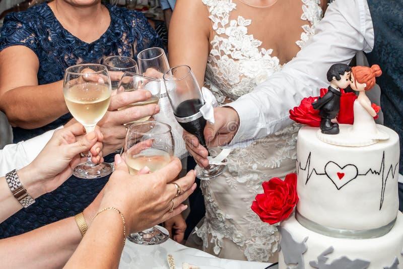 Brinde com champanhe no banquete de casamento fotografia de stock royalty free