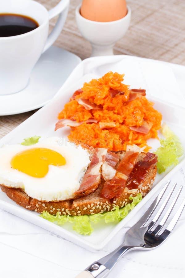 Brinde com ovo frito imagens de stock