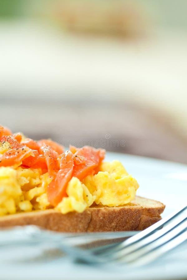 Brinde com ovos e os salmões scrambled do fumo imagens de stock royalty free