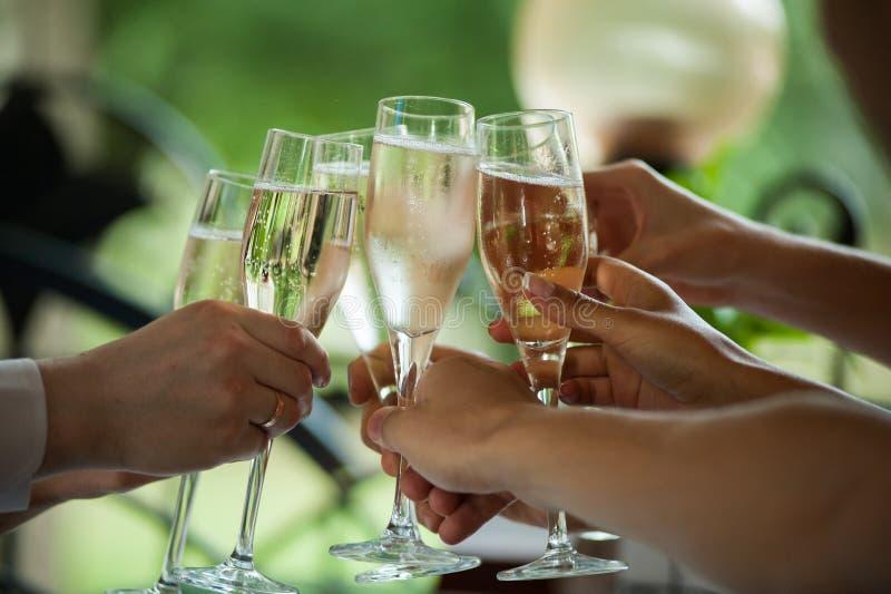 Brinde de Champagne na celebração Partido fotografia de stock royalty free