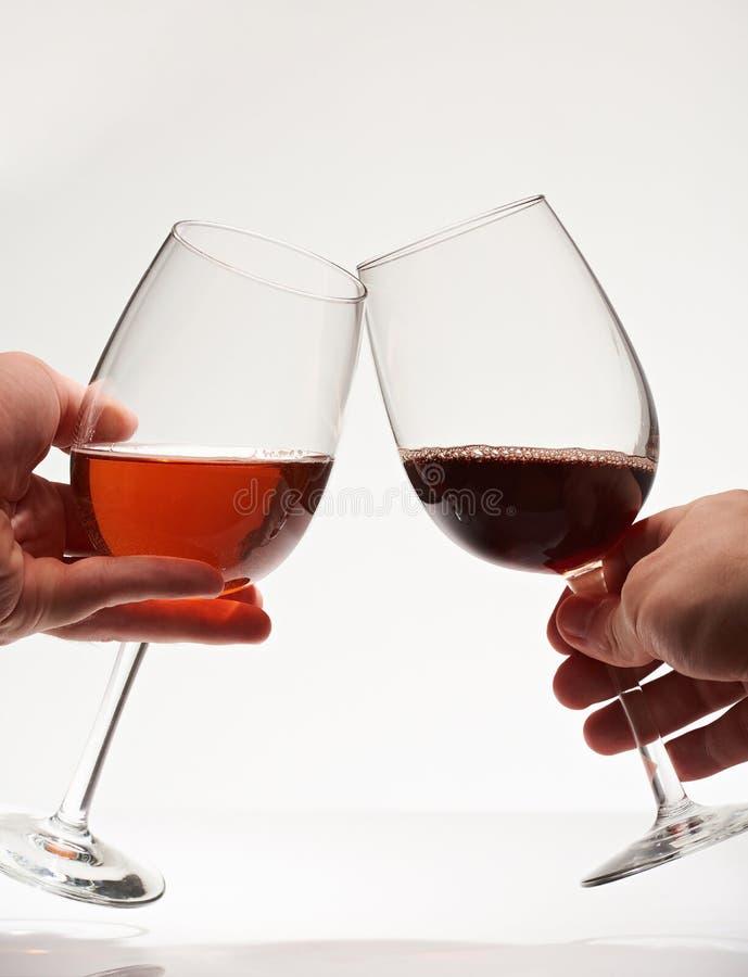 Brinde de dois vidros de vinho fotos de stock royalty free