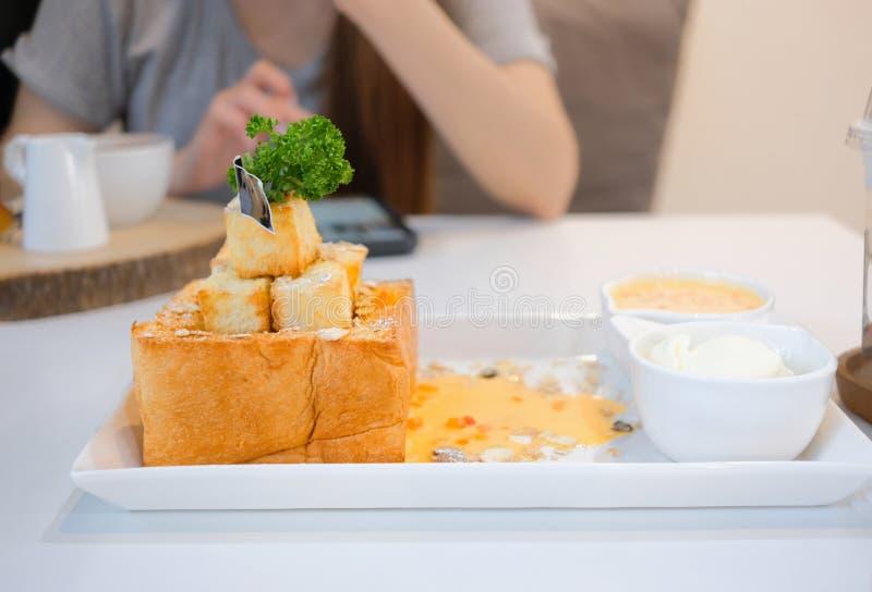 Brinde delicioso do mel com cobertura e molho Refeição da sobremesa do gourmet foto de stock royalty free