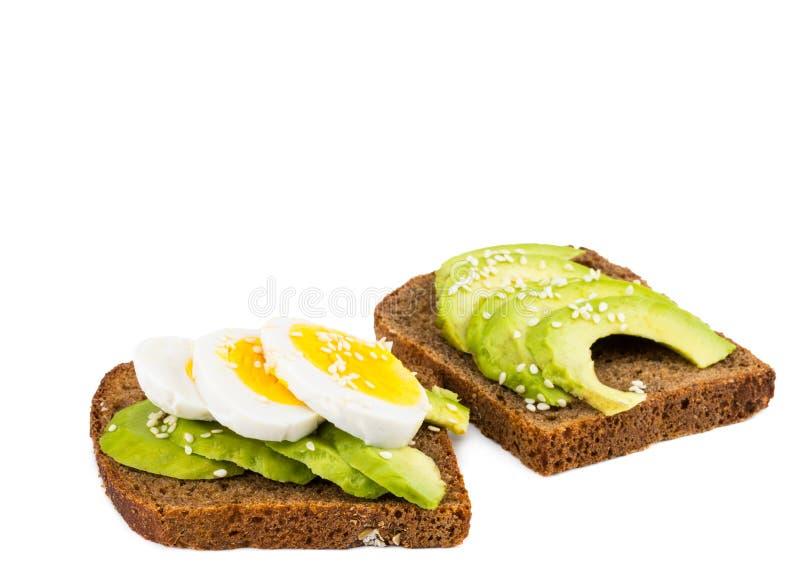 Brinde do abacate com ovo, no fundo branco imagem de stock