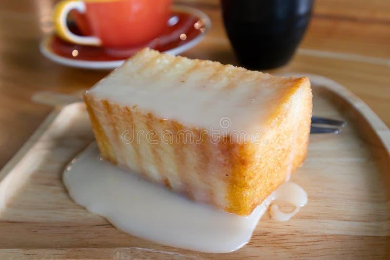 Brinde do mel coberto com leite condensado imagem de stock