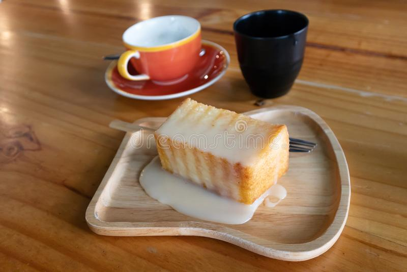 Brinde do mel coberto com leite condensado imagens de stock royalty free