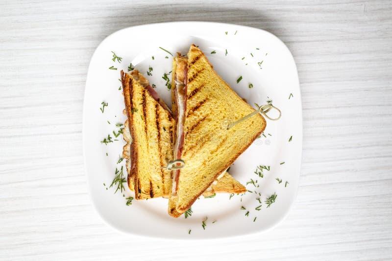 Brinde do sanduíche grelhado com queijo e tomates fotografia de stock