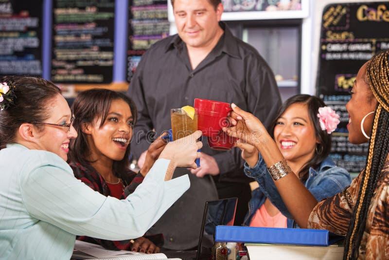 Brinde dos estudantes fêmeas foto de stock