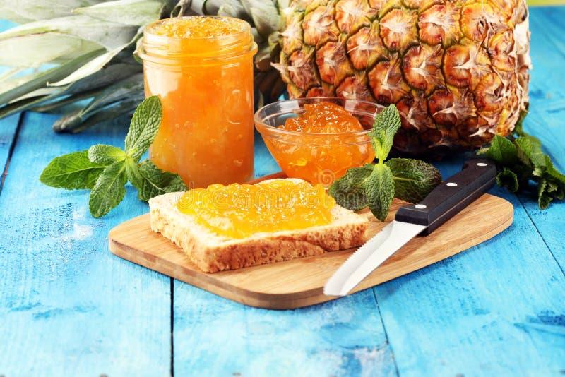 Brinde o p?o com doce caseiro do abacaxi ou o doce de fruta na tabela serviu com manteiga para o caf? da manh? ou a refei??o mati imagem de stock royalty free