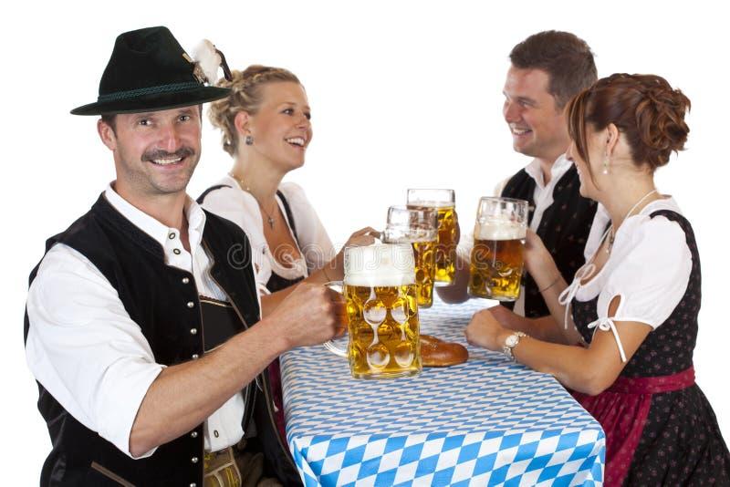 Brindes bávaros do homem com o stein da cerveja de Oktoberfest imagem de stock royalty free