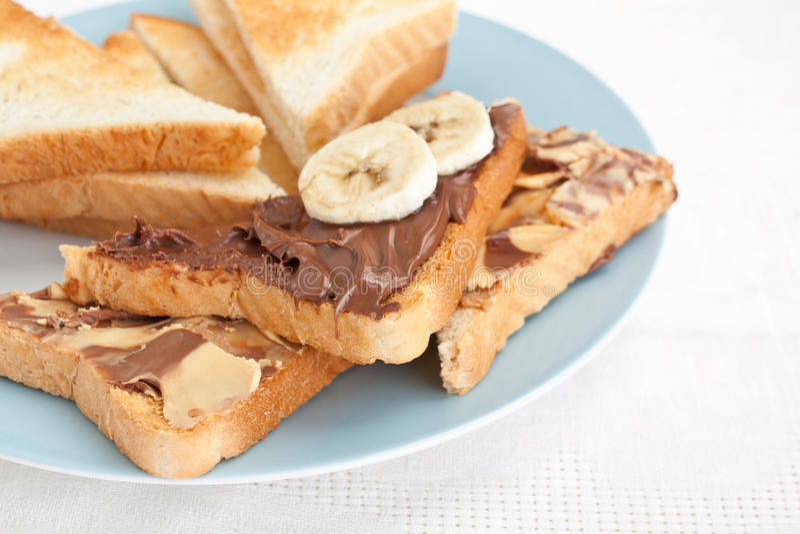 Brindes com o chocolate espalhado com banana crua fotografia de stock royalty free