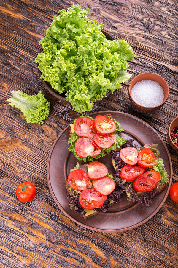 Brindes com tomate fresco foto de stock royalty free
