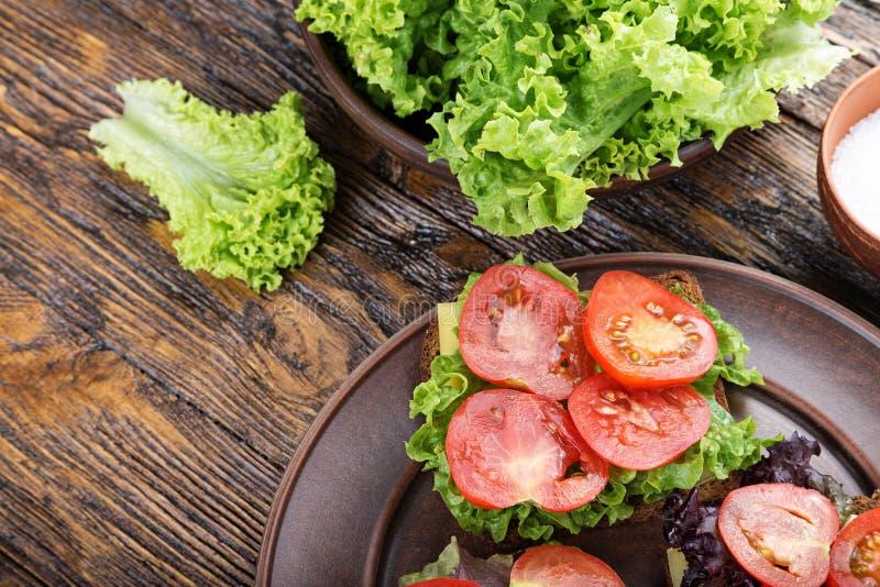 Brindes com tomate fresco fotografia de stock royalty free