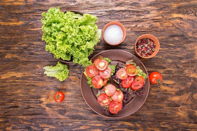 Brindes com tomate fresco, vista superior imagens de stock royalty free