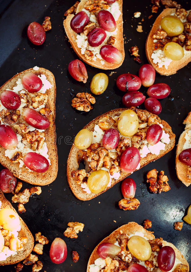 Brindes com uva e a ricota cozidas, café da manhã saudável fotografia de stock