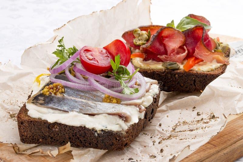 Brindes com veado, pimenta e alcaparras, arenques e queijo da ricota imagem de stock