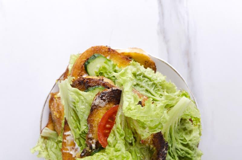 Brindes cozinhados rápidos com vista vegetal, superior e espaço da cópia Pilha dos brindes na placa, mesa de cozinha de mármore imagens de stock