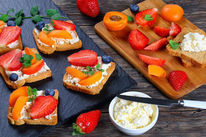 Brindes deliciosos do queijo creme com frutos foto de stock royalty free