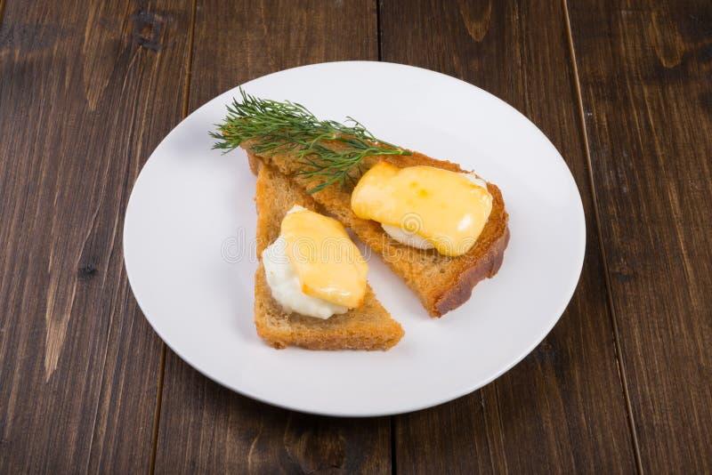 Brindes fritados com ovo e queijo cozidos imagens de stock