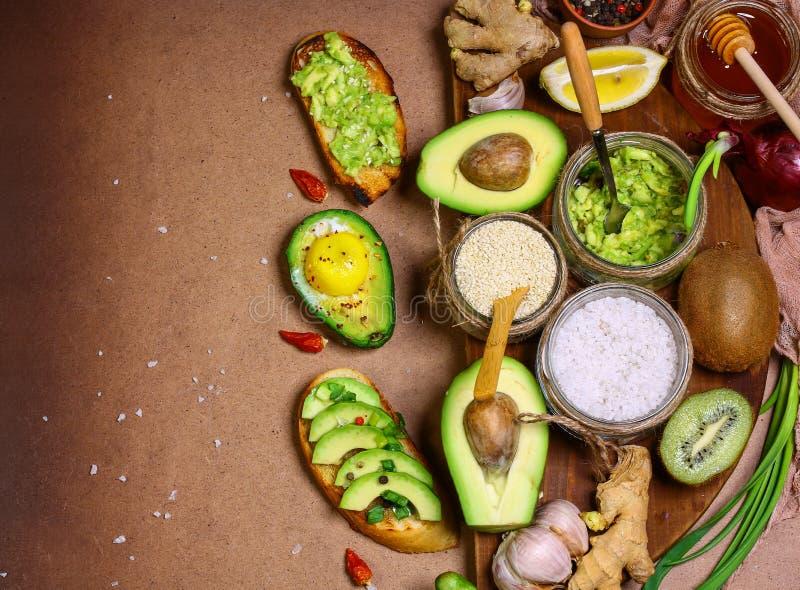Brindes orgânicos crus do café da manhã com abacate Conceito local do produto da colheita sazonal da colheita Imagem autêntica do foto de stock royalty free