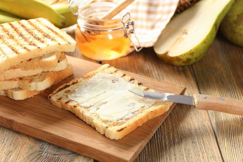 Brindes saborosos com manteiga na tabela fotos de stock