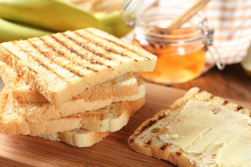 Brindes saborosos com manteiga na tabela fotografia de stock royalty free