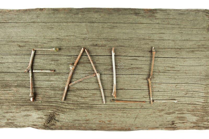 Brindilles de chute sur le conseil en bois rustique photo stock
