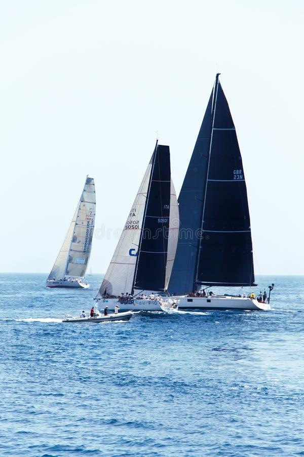 Brindisi, Italia - 06 16 2019: Navegación de los yates durante la regata Brindisi Corfú imágenes de archivo libres de regalías