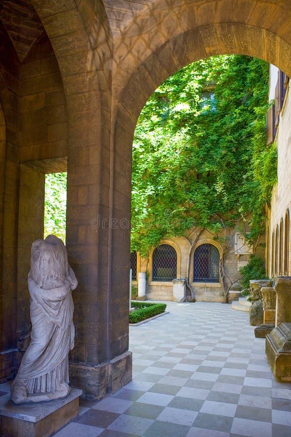 Brindisi, monument och hav royaltyfri fotografi
