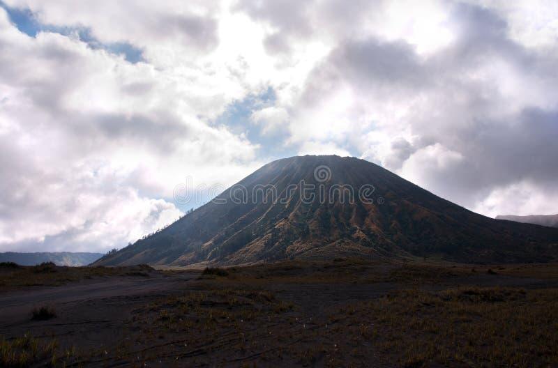 Bringen Sie Bromo, aktiven Vulkan mit bewölktem Himmel am Nationalpark Tengger Semeru an lizenzfreie stockfotografie