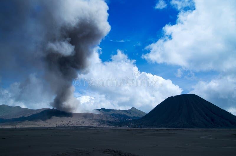 Bringen Sie Bromo, aktiven Vulkan mit blauem Himmel und weißen Wolken am Nationalpark Tengger Semeru an stockfotografie