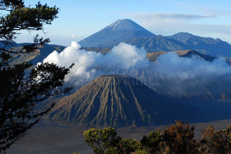 Bringen Sie Bromo, aktiven Vulkan mit klarem blauem Himmel am Nationalpark Tengger Semeru in Osttimor an lizenzfreie stockfotos