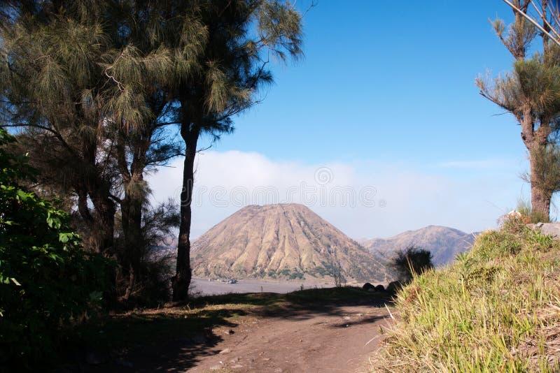 Bringen Sie Bromo, einen aktiven Vulkan mit klarem blauem Himmel am Nationalpark Tengger Semeru an stockfoto