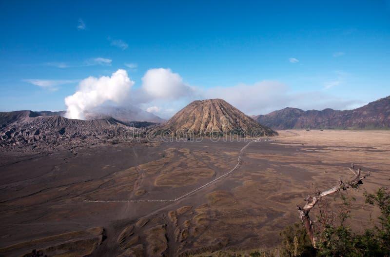 Bringen Sie Bromo, einen aktiven Vulkan mit klarem blauem Himmel am Nationalpark Tengger Semeru an lizenzfreies stockfoto